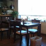 船江 - テーブル5~6卓の小さなお店です