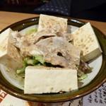 駅前酒場 赤まる - 2013.12 豆腐サラダ、意外なボリュームでちょっとびっくり。