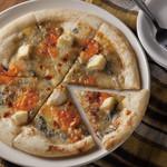 ワイアードキッチン - ゴルゴンゾーラ・モッツァレラ・カマンベール・ミモレットの4種のチーズをもちもちのピザ生地にのせて。