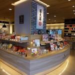 福太郎 - 入口の右側は展示販売スペースです