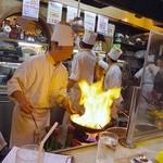 ヨシカミ - カウンター席で調理をまじかに