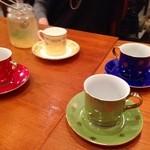 CALLEJERO - 色とりどりのカップ