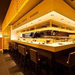 博多金鯖 - 分厚い銀杏の一枚板のカウンター席