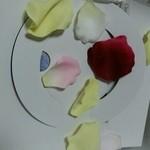 22944866 - 造花の花びらでデコレーション