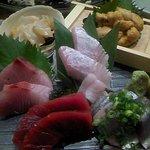 魚真 渋谷店 - 生ウニ入りお刺身盛り合わせ