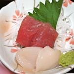 サクラ - 主菜のマグロと帆立の刺身(新鮮で美味しい)
