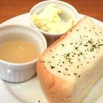 22960228 - ハーフチキンとマッシュポテト 1400円 のパン、無塩バター、蜂蜜
