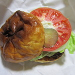 サティスファクション - 錦バーガー単品、野菜はピクルス、トマト、玉ねぎ、レタスにタルタル