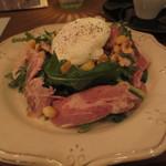 22963575 - 自家製ハムとポーチドエッグ、苦み野菜のサラダ