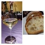 Domusu - 先ずは「白ワイン」、、少し甘めで飲みやすい。最初に頂く品としてはいいですね。              「パン」は言わなくても、持ってきて下さいます。冷えていますので、温めて出されると嬉しいかも。