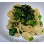 Domusu - 次は耳たぶの形をしたパスタ「オレキエッテ」のお料理。             お野菜はイタリア産(名前が覚えられなくて><)、、菜の花によく似たお味です。             かけられた「カラスミ」の風味もいいですね。