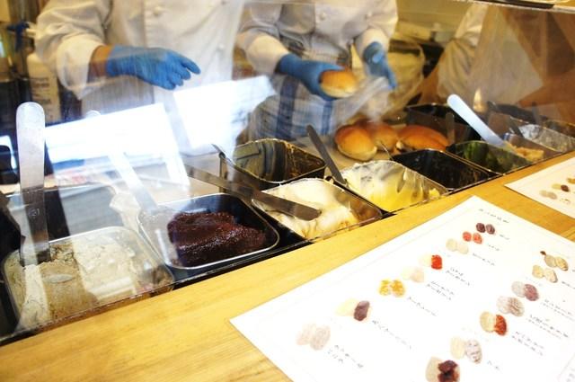 吉田パン 亀有本店 - 注文後、パンに挟むから美味い