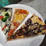 シェーキーズ 渋谷宇田川店 - イカスミのピザ(左) ツナ&コーン(中) バナナとチョコのピザ(右)