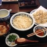 22967976 - 肉汁うどん(お揚げ、肉、人参、出汁美味い)、牡蠣天