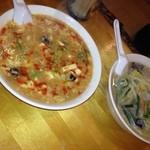 中華料理 美味城 - 左はスーラータンメン、右はタンメン