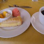 シェ ナーベ - カキと梨そしてアイスが添えられた 洋梨のタルト