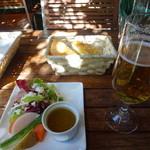 アルブォニッシモ - バーニャカウダサラダ、自家製パンにビール