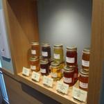 セントル ザ・ベーカリー - オリジナルのコンフィチュールや蜂蜜も売ってます
