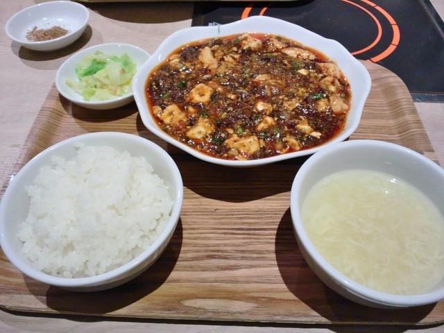 ブルーリリー 青百合飯荘  銀座チャイニーズビアホール - 麻婆が入ってる皿はきっと山崎春のパン祭りでもらえるやつに違いない!