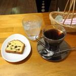 22982881 - パウンドケーキ(100円)とホットコーヒー(300円)