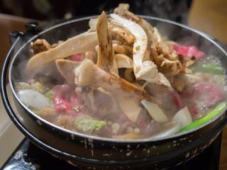 松茸屋魚松 - 店員さんが次から次ぎへと松茸を山盛りにもっていきます。