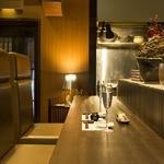 暖季 - ほかの客の目を気にならないお洒落なハイバックソファのカウンター席。