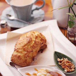 国産小麦を使用した手造りの朝焼ケーキと焼きたてのスコーン