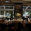 マンジャーレ ウォーターエッジ - 内観写真:照明を絞りキャンドルと外のライティングで煌く空間。