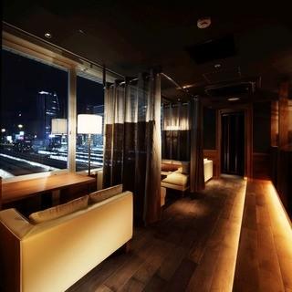 夜景が見えるお席。当店で素敵な夜をお過ごしください。