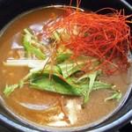 手打ち蕎麦きらく庵 - カレー汁は色彩豊か。