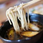 蕎麦工房 まつ田 - お蕎麦は二八。あったかくて甘辛いつゆにつけてぴったりのタイプ。