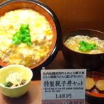 秋田稲庭うどん 眞壁屋 - 特製親子丼セットの店頭見本