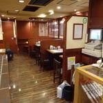 秋田稲庭うどん 眞壁屋 - 店内(左がカウンター席、右がテーブル席)