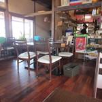 23005214 - 店内は噂通りにオーシャンビューの明るい店内、私はお昼前に一人でお伺いしたのですが既に海沿いのカウンター席は予約で一杯だったので店内にある2人がけの席で食事をさせていただきました。