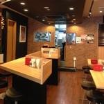 デンバープレミアム - ステーキの匂いが食欲を刺激する明るい店内。