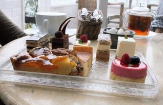 レストラン ラ・マーレ - 美味しそうなケーキは種類が豊富で選ぶのに時間がかかります。