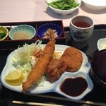 キッチンくま - Sちゃんが食べたのは950円もするミックスフライ定食