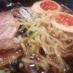 万代 - 漆黒のスープに中細縮れ麺