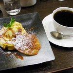 ドルキス - アップルパイ550円。コーヒー500円 (ケーキとセットで注文で200円引)
