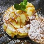 ドルキス - アップルパイにアイスがのってるよ。 なにげにパイ生地がりんごの形になってるのがかわいい。