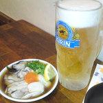 23020537 - 生ビール(キリン一番搾り)(380円)、生牡蠣(380円)。ビールのジョッキがキンキンに冷えてていい感じ