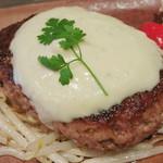 きゅうろく 鉄板焼屋 - こだわりの黒毛和牛100%ハンバーグ《レギュラー》(ハンバーグのアップ、ソースはゴルゴンゾーラ、2013年12月)
