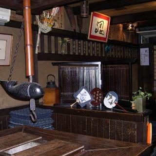 昔ながらの温かみある雰囲気のお店です。囲炉裏のお席もございます。
