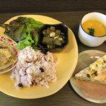 base - ベジタリアン定食¥1000 もちろん国産のできるだけオーガニックな健康野菜をひと手間掛けてウマウマの選べる創作ベジタパスたちをお腹いっぱいどうぞ!