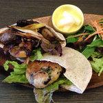 base - ピタサンドコンボ¥800 国産小麦、天然酵母のアリムタ堂のピタパン!噛めば噛むほど味わい深いです!