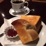 喫茶どんぐり - 厚切りバタートースト(ジャム付)とブレンドコーヒー