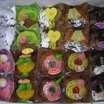 中村屋製菓 - 職場で20個入りの箱を戴きました。きれいでしょ。みかん、りんご、バナナ、パイナップル、レモン、ぶどう、栗、他。