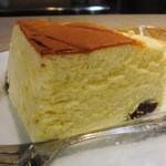 フルーツケーキファクトリー - レーズン入りチーズケーキ1/4カット