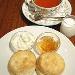 23039339 - 紅茶とスコーン。