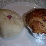 2304013 - いちおし、桜餅アンパン140円と丹波の黒豆パン160円